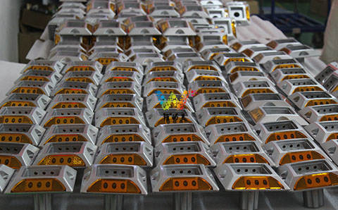 新加坡陈小姐 订购的带脚太阳能道钉  已发货